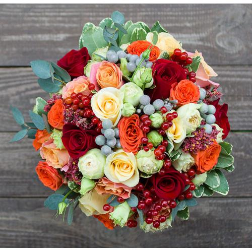 Разноцветные розы и гиперикум