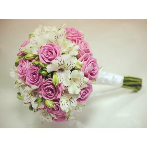 Розовые розы и альстромерии