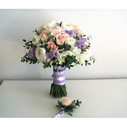 Фрезии, розы и ранункулюс
