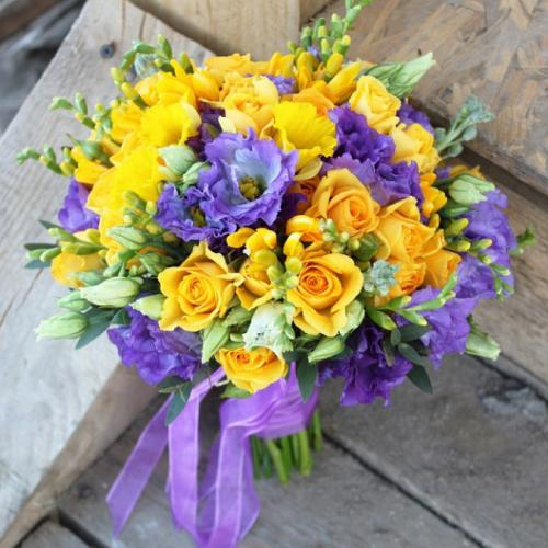 Желтые розы, фрезии и эустома