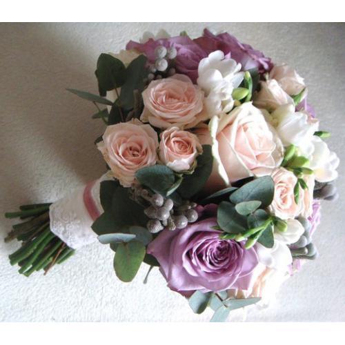 Розы, фрезии и бруния