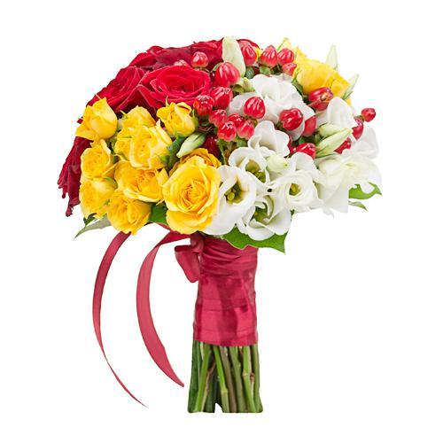 Розы, эустомы и гиперикум