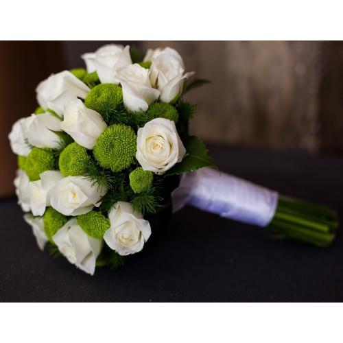 Белые розы и зеленые хризантемы