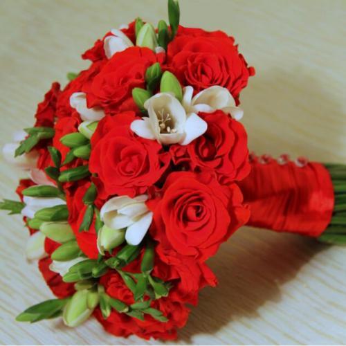 Красные розы и фрезии