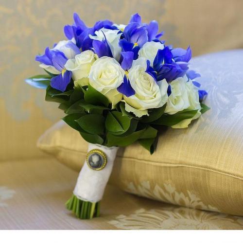 Белые розы и синие ирисы