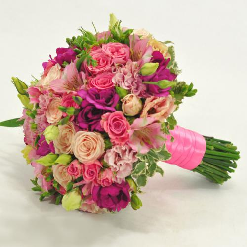Альстромерии, розы и питтоспорум