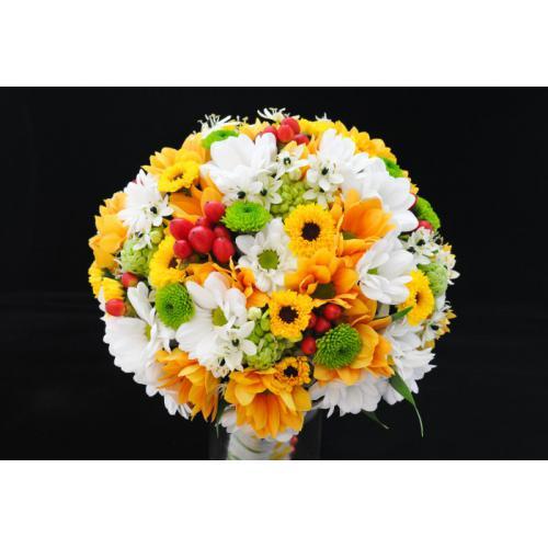Хризантемы, орнитогалум и гиперикум