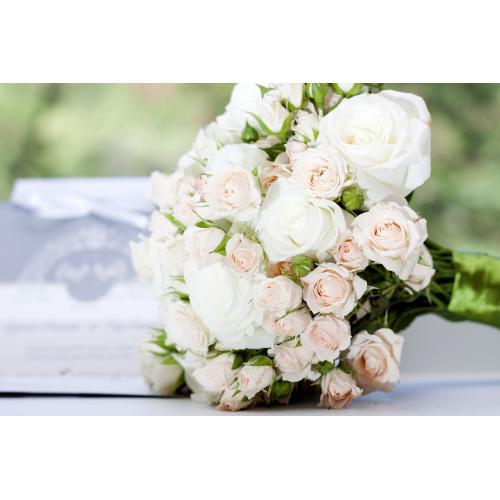 Белые розы и кустовые розы