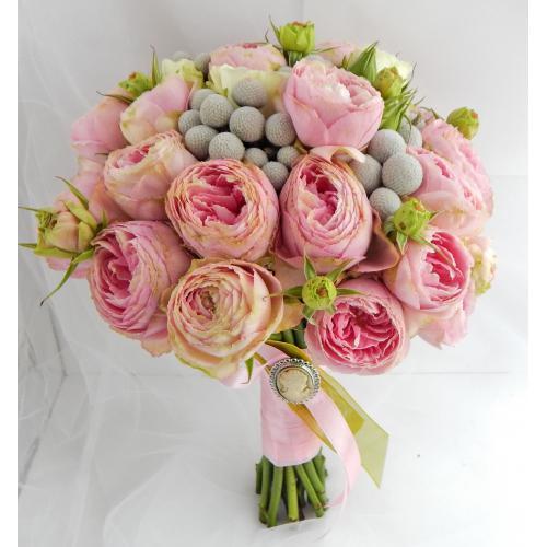 Пионовидные розы и бруния