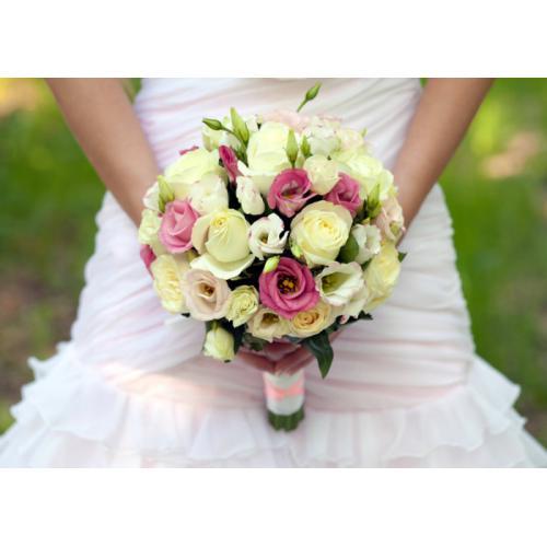 Белые розы, кустовые розы и эустома