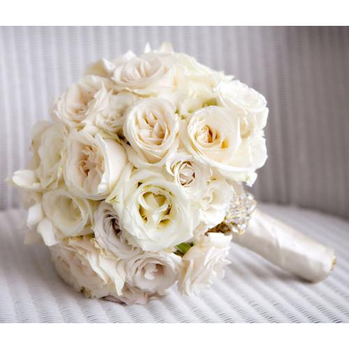 Белые розы и эустома