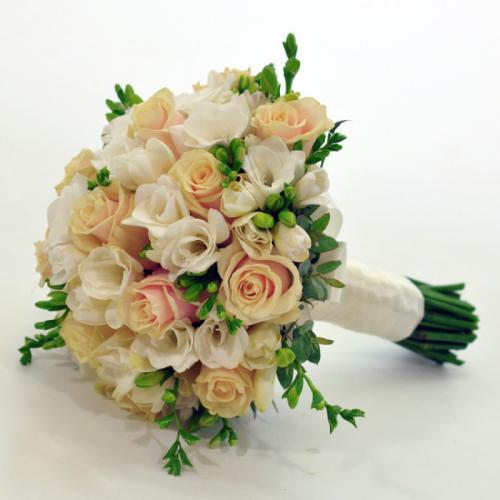 Кремовые розы и фрезии