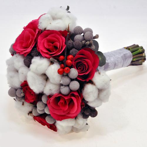 Красные розы, хлопок и бруния