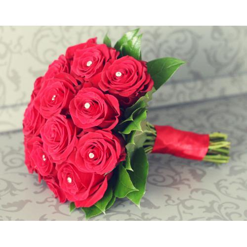 Красные розы с бусами